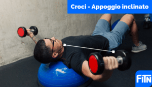 croci su panca inclinata manubri